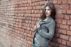 Muchacha hermosa joven que se opone a la pared Foto de archivo libre de regalías