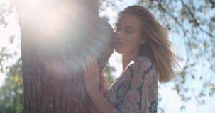Muchacha hermosa joven que se relaja en un parque de la ciudad Fotografía de archivo