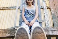 Muchacha hermosa joven que se sienta en el parque Imágenes de archivo libres de regalías