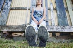 Muchacha hermosa joven que se sienta en el parque Fotografía de archivo libre de regalías