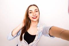 Muchacha hermosa joven que toma la imagen de Selfie de las manos Foto de archivo libre de regalías