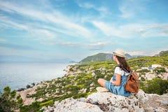 Muchacha hermosa joven que viaja a lo largo de la costa del mar Mediterráneo imagenes de archivo