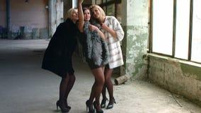 Muchacha hermosa joven tres en piel costosa a metrajes