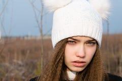 Muchacha hermosa joven triste en un sombrero blanco Imágenes de archivo libres de regalías