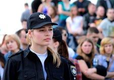 Muchacha hermosa, miembro de la policía de la patrulla en las calles de la ciudad Fotos de archivo libres de regalías