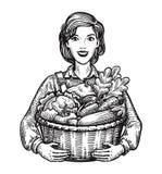 Muchacha hermosa o granjero feliz que sostiene una cesta de mimbre llena de verduras Agricultura, horticultura, concepto de la gr Foto de archivo