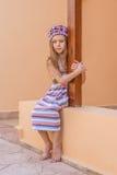 Muchacha hermosa pensativa en vestido rayado Imagenes de archivo