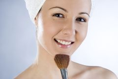 Muchacha hermosa que aplica maquillaje Imágenes de archivo libres de regalías