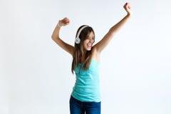 Muchacha hermosa que baila y que escucha la música Aislado en blanco Fotografía de archivo libre de regalías