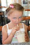 Muchacha hermosa que bebe el cóctel en comida rápida imágenes de archivo libres de regalías