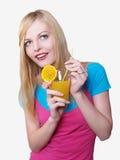 Muchacha hermosa que bebe el zumo de naranja Imagen de archivo