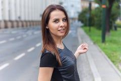 Muchacha hermosa que camina en la calle de la ciudad con sonrisa feliz Fotos de archivo libres de regalías