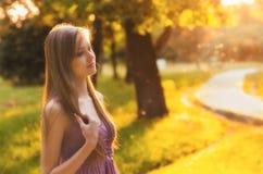Muchacha hermosa que camina en la naturaleza en día de verano soleado Fotografía de archivo libre de regalías