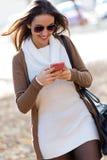 Muchacha hermosa que charla con el teléfono móvil en otoño Fotos de archivo