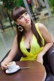 Muchacha hermosa que come café en el café Fotos de archivo