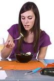 Muchacha hermosa que come la ensalada Foto de archivo