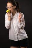 Muchacha hermosa que come la manzana verde Imágenes de archivo libres de regalías
