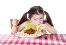 Muchacha hermosa que come las pastas y las albóndigas Foto de archivo libre de regalías