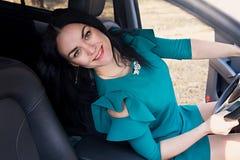 Muchacha hermosa que conduce un coche Foto de archivo