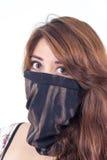 Muchacha hermosa que cubre su cara con un negro Imagen de archivo