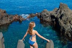 Muchacha hermosa que descansa en piscina natural del océano Fotografía de archivo libre de regalías