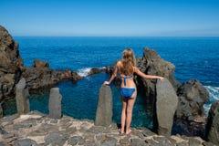 Muchacha hermosa que descansa en piscina natural del océano Fotos de archivo libres de regalías