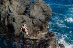 Muchacha hermosa que descansa en piscina natural del océano Imágenes de archivo libres de regalías