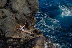 Muchacha hermosa que descansa en piscina natural del océano Imagen de archivo libre de regalías