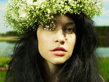 Muchacha hermosa que desgasta una guirnalda de wildflowers Fotos de archivo libres de regalías