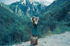 Muchacha hermosa que disfruta de la naturaleza de la opinión del valle alrededor de la montaña Imágenes de archivo libres de regalías