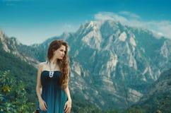Muchacha hermosa que disfruta de la naturaleza de la opinión del valle sobre landsc de la montaña Foto de archivo