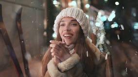 Muchacha hermosa que disfruta de las nevadas en la ciudad almacen de video