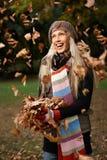 Muchacha hermosa que disfruta de otoño en la risa del parque Imagenes de archivo