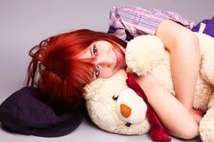 Muchacha hermosa que duerme con el oso de peluche en St. Val Imagen de archivo libre de regalías