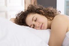 Muchacha hermosa que duerme en cama solamente fotografía de archivo