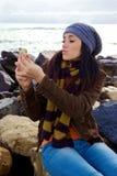 Muchacha hermosa que envía el beso que toma la imagen de sí misma Fotos de archivo