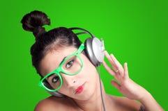 Muchacha hermosa que escucha la música con los auriculares Fotografía de archivo libre de regalías