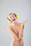 Muchacha hermosa que escucha la música en los auriculares Imágenes de archivo libres de regalías