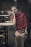 Muchacha hermosa que espera en la tabla en café Foto de archivo