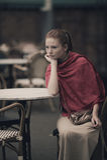 Muchacha hermosa que espera en la tabla en café Foto de archivo libre de regalías