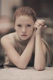 Muchacha hermosa que espera en la tabla en café Imagen de archivo