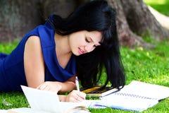Muchacha hermosa que estudia en parque Fotografía de archivo