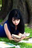 Muchacha hermosa que estudia en parque Imagen de archivo libre de regalías