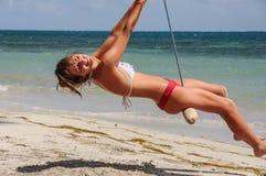 Muchacha hermosa que goza en un oscilación en la isla caribeña San Andre Imagenes de archivo
