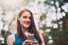 Muchacha hermosa que habla con el smartphone sin manos Fotos de archivo
