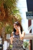 Muchacha hermosa que habla en el teléfono en la calle Fotos de archivo libres de regalías
