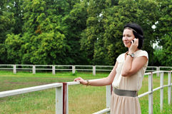 Muchacha hermosa que habla sobre el teléfono celular Imagen de archivo