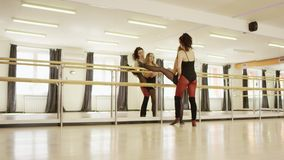 Muchacha hermosa que hace ejercicios con el instructor de la muchacha almacen de metraje de vídeo