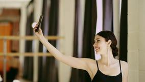 Muchacha hermosa que hace el selfie con el teléfono móvil almacen de metraje de vídeo
