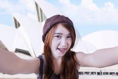 Muchacha hermosa que hace el selfie en el teatro de la ópera Imagen de archivo